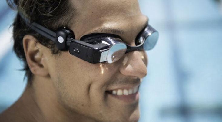 عینک شنایی که ضربان قلب شناگر را نمایش میدهد