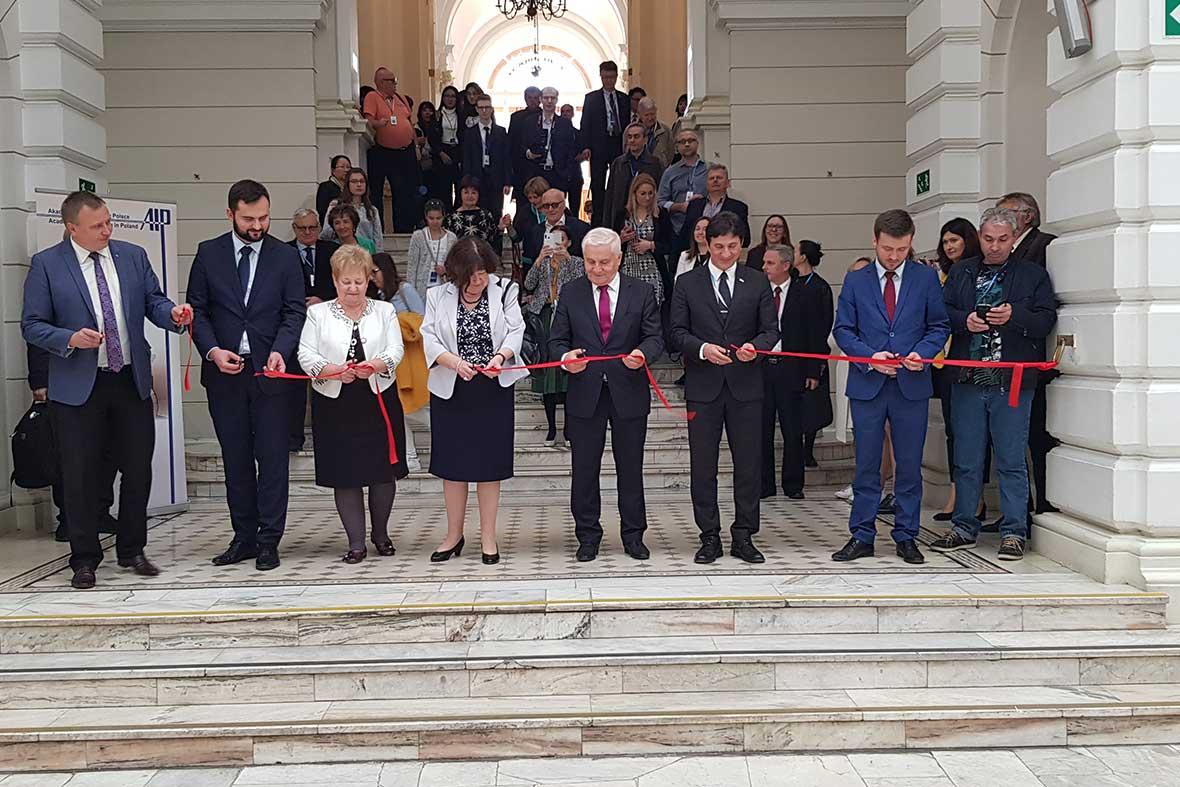 افتتاحیه رسمی نمایشگاه توسط دبیرکل فدراسیون جهانی مخترعان و مقامات کشور لهستان